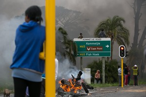 Picture of protesters in Kommetjie Road