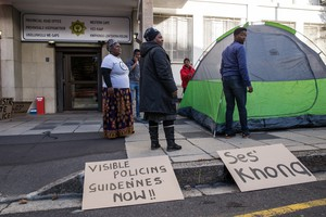 Photo of people protesting outside SAPS