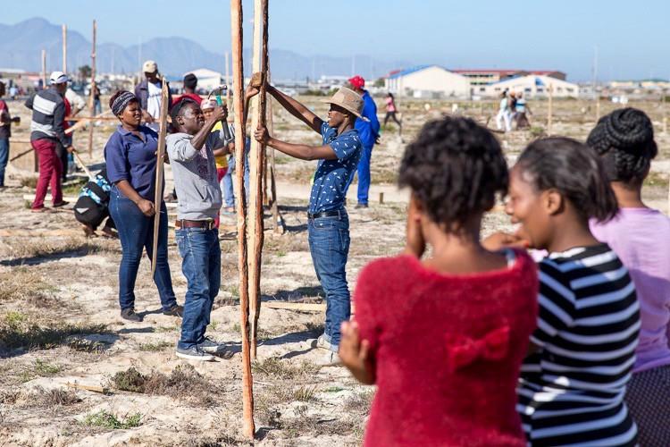 Photo of land occupiers erecting shacks