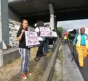 Photo of protesters on the N2 roadside