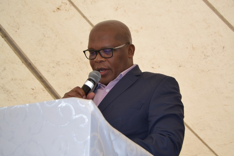Xola Pakati addresses meeting