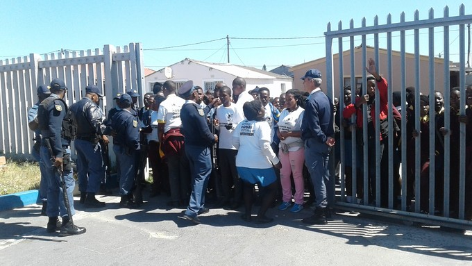 Photo of students pushing into school gates